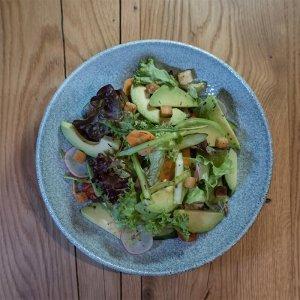 Gemischter Blattsalat mit Avocado